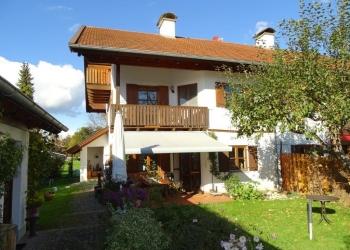 Immobilie Details Willkommen in Wielenbach – Besondere DHH im Landhausstil mit großem Garten!