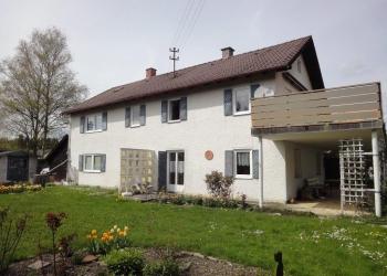 Platz für Aktivitäten: Ein-Zwei-Familienhaus mit Baugrund